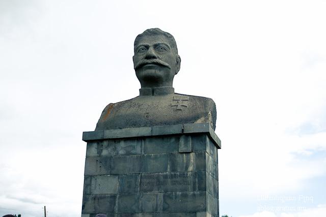 5 Խենթի արձանը