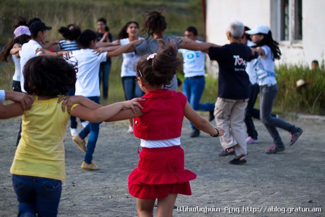 գյուղ Նոր Բրաջուր - պարում են երեխաները 3