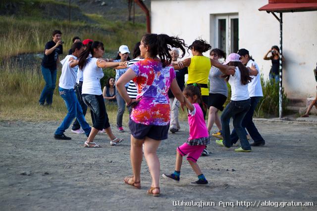 գյուղ Նոր Բրաջուր - պարում են երեխաները 4