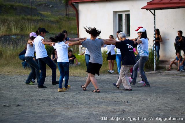 գյուղ Նոր Բրաջուր - պարում են երեխաները