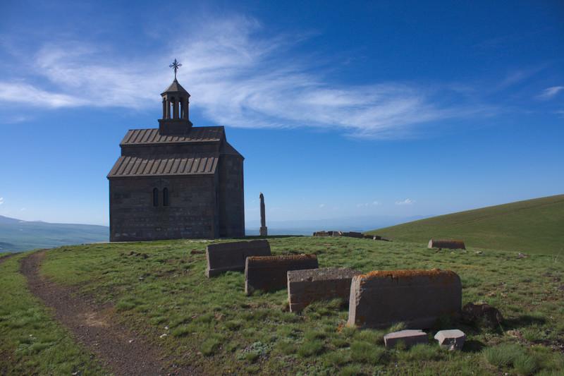 Արմաղանի գագաթը, եկեղեցին և գերեզմանաքարերը