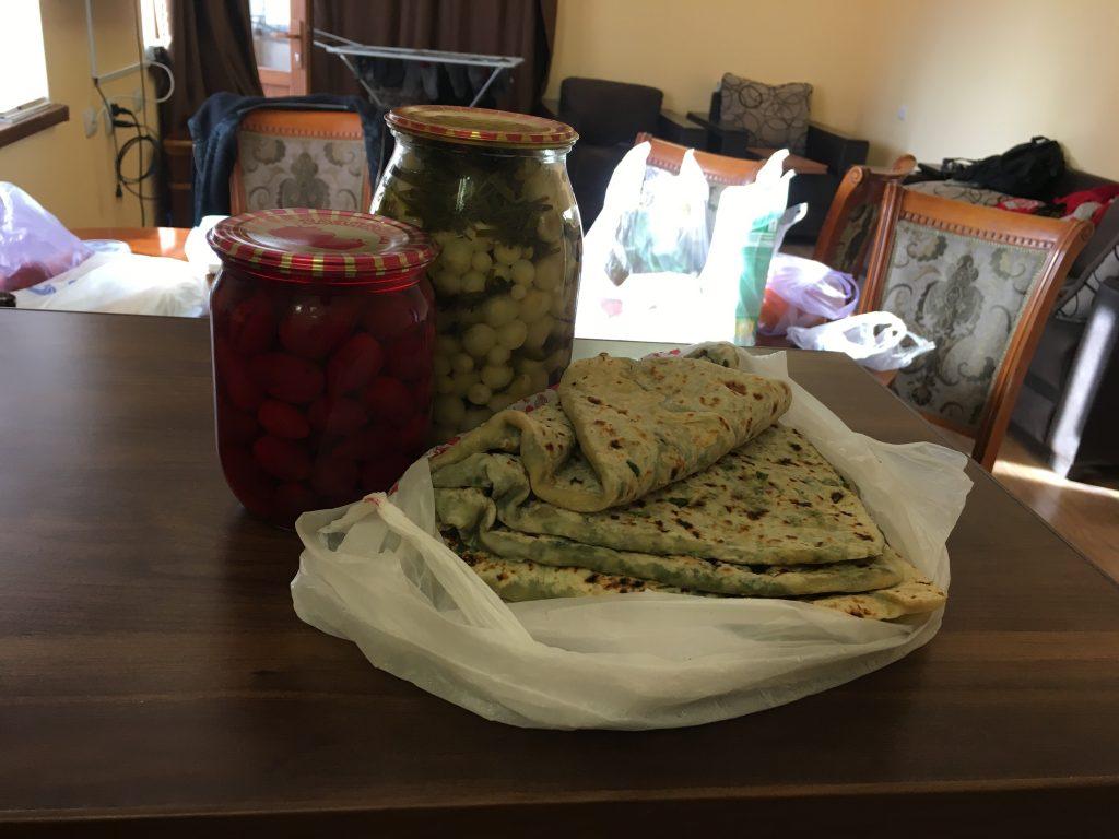 խնջլոզ, ժինգյալով հաց և հոնի թթու